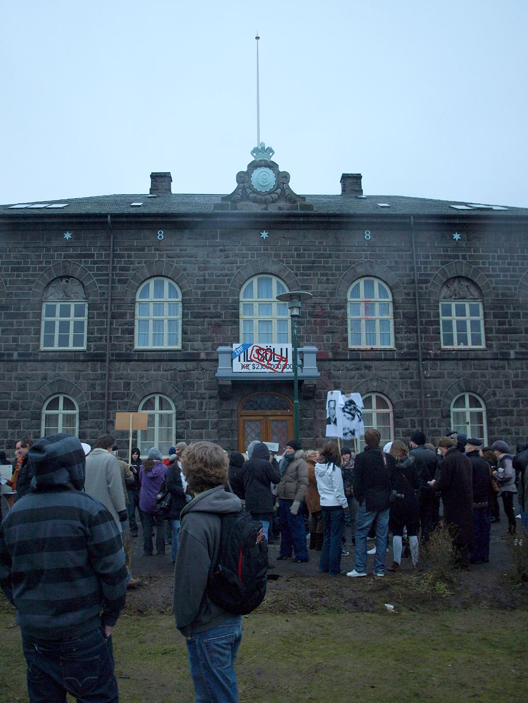 Protest foran Alltinget mot IMF