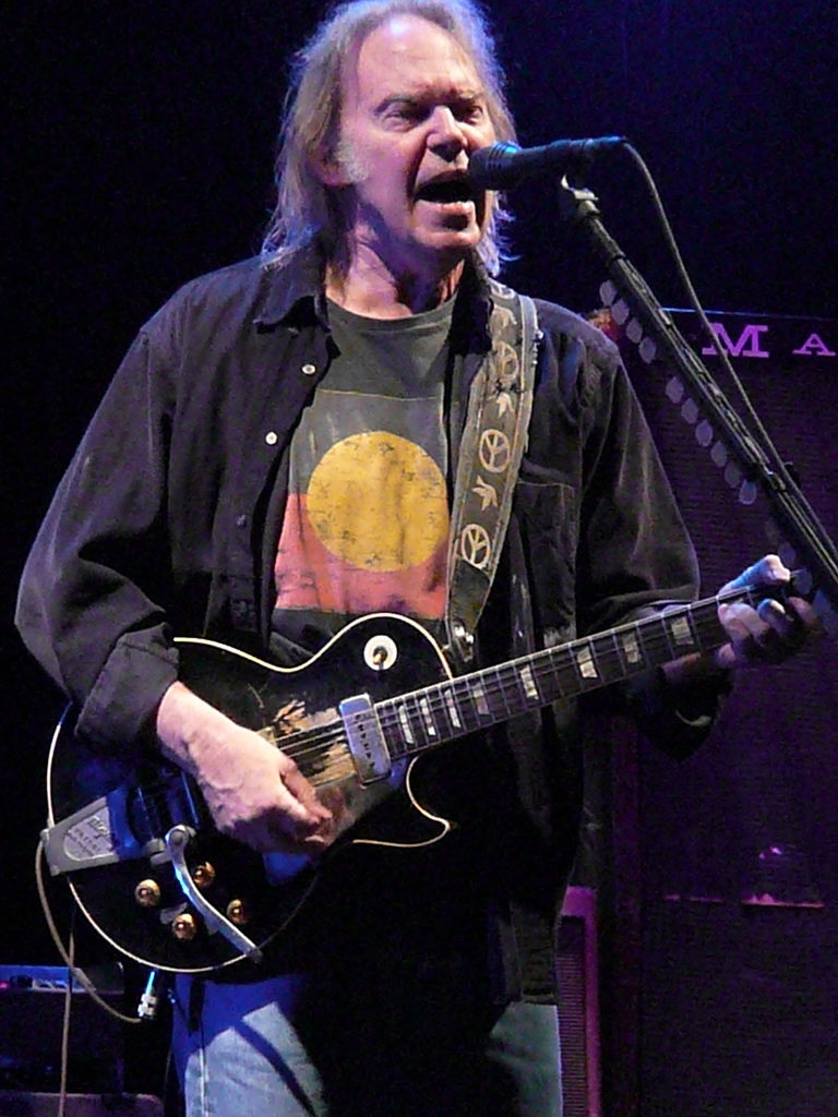 Foto: Andy Roo CC 2.0 https://commons.wikimedia.org/wiki/File:Neil_Young_in_Nottingham_2009_(c).jpg