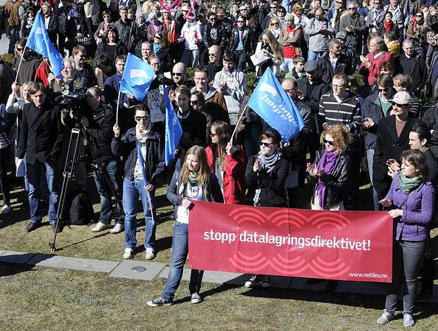 Bilde fra demonstrasjon mot Datalagringsdirektivet i 2010. Foto: Tommy Gildseth, Wikimedia Commons-lisens.