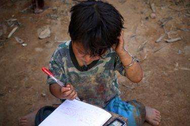 Vietnamesisk barn gjør lekser.