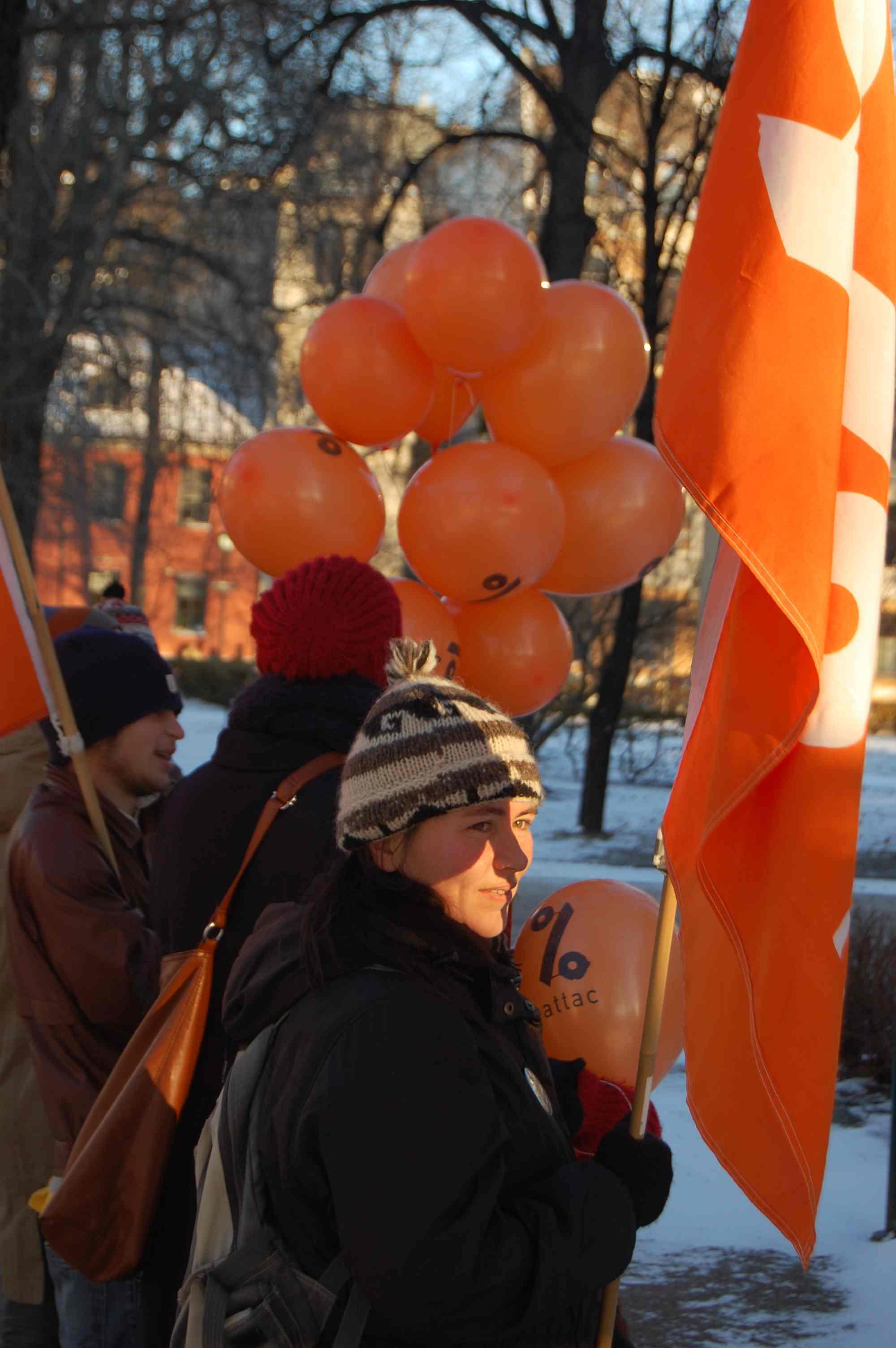 Attac møtte Sigbjørn Johnsen med ballonger i forkant av de nordiske finansministernes rådsmøte mandag.