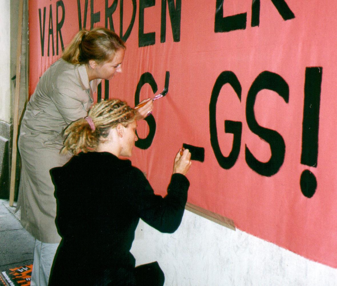 Banner-maling i forkant av demonstrasjon mot Verdensbanken i Oslo 2002