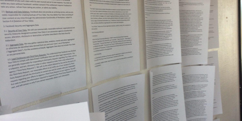 Brukervilkårene skrevet ut og hengt opp på en vegg-