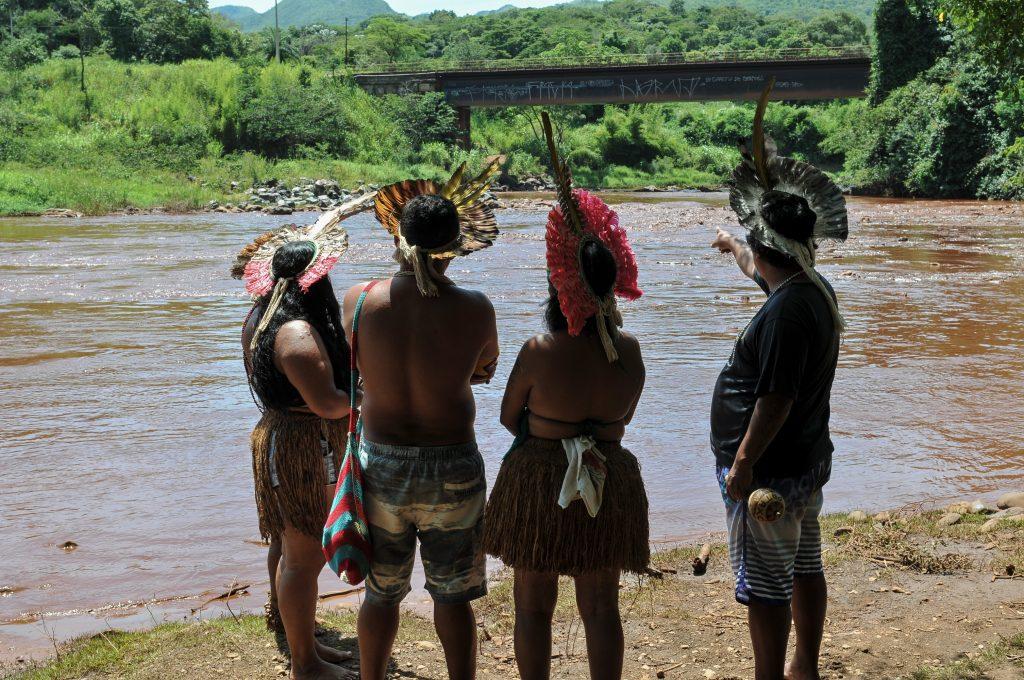 Urfolk ser på skadene etter at en gruvedemning brast i Vale, Amazonas i februar 2019.