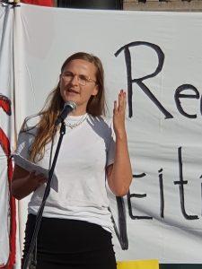 Attac-leder Martine Kopstad Floeng holder appell på norske organisasjoners demonstrasjon mot EFTA-Mercosur-avtalaen